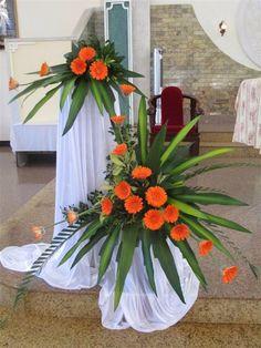 Resultado de imagen para flower arrangements for church Tropical Floral Arrangements, Creative Flower Arrangements, Church Flower Arrangements, Beautiful Flower Arrangements, Beautiful Flowers, Altar Flowers, Church Flowers, Funeral Flowers, Flower Vases