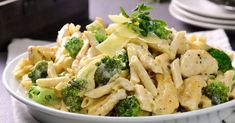 You can not stop trying this creamy Alfredo pasta with juicy roasted chicken strips and small pieces of broccoli that give it the perfect balance of flavor. Pasta Alfredo Con Pollo, Salsa Alfredo, Clean Recipes, Healthy Recipes, Pasta Facil, Pasta Recipes, Cooking Recipes, Cooking Ideas, Kids Meals