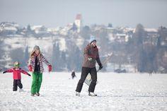 Wenn der Pilsensee freigegeben ist, kann man auf der Eisfläche vom Ortsteil Hechendorf zum Schloss Seefeld gehen - oder gleiten.