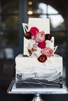 Modern cake design by Sugar Bee Sweets. Floral Design: Everly Alaine. Photography: Sarah Delanie photography. Wedding at The Dallas Arboretum.