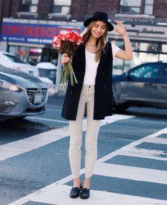 Street style de look para dias amenos: calça e colete.