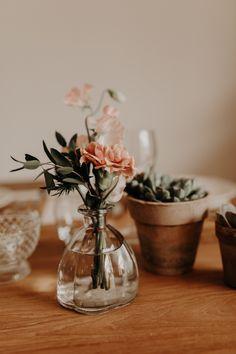 photo arrangement on table Photo Arrangements On Wall, Flower Arrangements, Wedding Table, Our Wedding, Dream Wedding, Floral Wedding, Wedding Flowers, Cottage Wedding, Boho Wedding Decorations