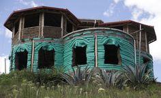 La parte baja está levantada con superadobe; la planta alta tiene paredes de bahareque; el techi es de zinc. Foto: Galo Paguay / EL COMERCIO