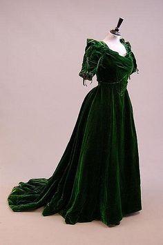 Late emerald green velvet ball gown I love long velvet dresses. 1890s Fashion, Edwardian Fashion, Vintage Fashion, Vintage Outfits, Vintage Gowns, Moda Vintage, Vintage Mode, Antique Clothing, Historical Clothing