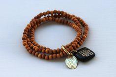 Chouchou du jour : Le Bracelet Perles en Bois du Népal de A Beautiful Story ! En perles de bois de Santal et Os. Bracelet ethnique fait main au Népal selon les principes du commerce équitable.