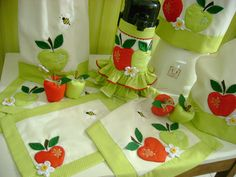 jogo de cozinha 006 | Flickr – Compartilhamento de fotos! Apple Decorations, Place Mats Quilted, Kitchen Decor Themes, Kitchen Aprons, Christmas Sewing, Diy Sewing Projects, Sewing Table, Diy Home Crafts, Felt Fabric