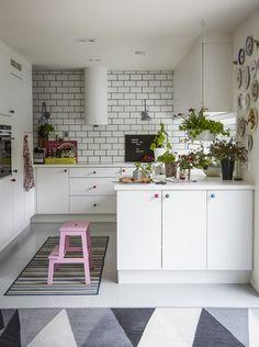 Eine Weiße Küche Wirkt Geräumig Und Freundlich. Textilien, Knöpfe,  Pflanzen, Oder Ein