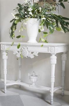 I love the table details, especially the urn on the table leg braces.....Bord med urna | Solgården