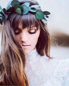 Coroa de folhas e muito estilo nesta noivinha maravilhosa do ig ✨ @borntobeabride ✨ Amei e vocês? ⠀