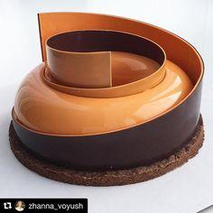 """Repost @zhanna_voyush Этот торт - настоящий брутал . Без лишних слов перейдём к описанию его крутейших внутренних достоинств. Одно из них, горький шоколад  из какао-бобов западноафриканского происхождения . Второе, озорной мандарин - душа компании, и немного загадочная маракуйя. И наконец, основа основ любого торта, бисквит с впечатляющим названием Дакуаз, который имеет вполне """"мягкий"""" характер и именно поэтому дополнен хрустящим шоколадным штройзелем. . #DessertArtisan #mousseca"""