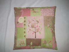 Hier habe ich ein süßes Patchwork Kuschel-Kissen.  Ein wirklich aussergewöhnlich schönes Kissen mit Eulen- Motiv   Rosa / Grün und Braun Töne, ...