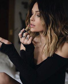 Tres chic Caroline Receveur with Loreal Color Riche lipstick. Hair Day, New Hair, Caroline Receveur Hair, Medium Hair Styles, Short Hair Styles, Langer Bob, Great Hair, Mode Style, Balayage Hair