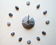 Orologio da parete moderno ispirato alla natura, realizzato in cartapesta e dipinto a mano.  E'un orologio davvero originale che può essere