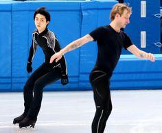 〈2月5日〉 練習中にエフゲニー・プルシェンコ(右)に目をやる羽生結弦