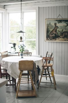 Wood cladding, round table and vintage chairs in Emma Sundh's idyllic Swedish summer cottage on Gotland Scandinavian Cottage, Swedish Cottage, Swedish House, White Cottage, Swedish Interiors, Cottage Interiors, Country Interior, Hygge, House Ideas