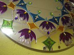 Espelho com 50 cm de diâmetro, com pintura de mandala na técnica vitral, A mandala pintada no espelho possui a magia e o poder de nos transportar para o centro da mandala, reconhecendo assim nosso mestre interior.