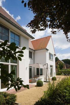 Architecturale inspiratie voor deze villa werd gevonden in het straatbeeld van Knokke. De functioneel-sobere interieurarchitectuur nodigt toch uit door bijzondere materiaalkeuzes. • b+