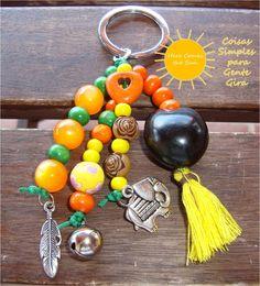Porta chaves místico, em tons de amarelo, laranja e verde.