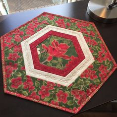 Patchwork Table Runner, Table Runner And Placemats, Table Runner Pattern, Quilted Table Runners, Christmas Quilt Patterns, Christmas Colors, Christmas Quilting, Octagon Table, Place Mats Quilted