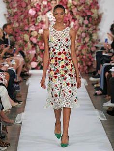 moda de primavera 2015 en la calle en barranquilla | Vestido curto com a cintura marcada e detalhes floridos.