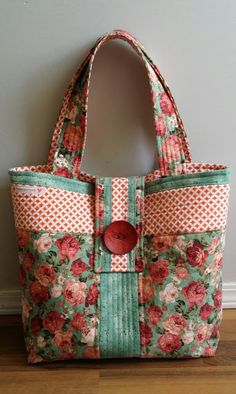 An easy sew Tote Bag - inside zipper pocket, key tab, and removable bag bottom insert  Great tutorial.https://www.craftsy.com/sewing/patterns/rose-fabric-bag-tutorial/227601