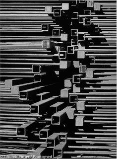© Tihomir Pinter / Tihomir Pinter nous révèle son amour pour le détail et sa quête éperdue de la beauté à travers l'harmonie de ses compositions. En recréant un juste équilibre, une relation délicate entre les tons lumineux et les structures, il met en valeur poétiquement la forme et le rythme à la manière des photographes des années 30.