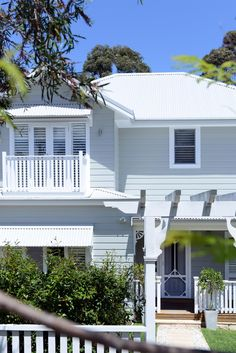 Stunning hamptons style renovation by Smith & Sons Renovations & Extensions Hornsby, NSW. Cafe Exterior, White Exterior Houses, House Paint Exterior, Exterior Paint Colors, Exterior Design, Bungalow Exterior, Hamptons Style Homes, Hamptons House, House Roof