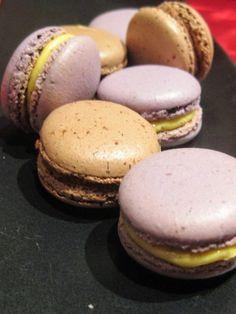 Macarons con ganache al cioccolato fondente e caffè. Macarons con ganache al cioccolato bianco e frutto della passione