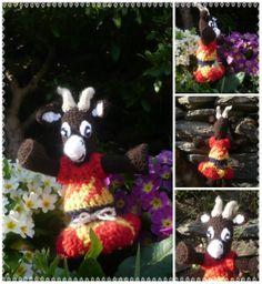 Petite chèvre marron, Vêtue de rouge et jaune, aux yeux bleu, crocheté : Jeux, jouets par creations-de-la-salamandr