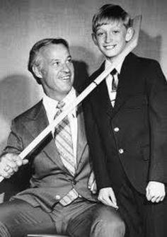 Canadians _Gordie Howe & Wayne Gretzky before the days of The Great One (Hockey) Hockey Games, Hockey Mom, Hockey Players, Ice Hockey, Hockey Stuff, Baseball Stuff, Michigan, Red Wings Hockey, Detroit Sports