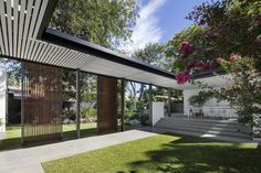 David Barr Architects have recently completed a new extension and modern backyard for a pre-war suburban house, located in Claremont, Western Australia. Landscape Design, Garden Design, Zen, Moderne Pools, Covered Walkway, Suburban House, Backyard Privacy, Modern Backyard, Backyard Landscaping