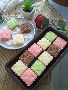 One of traditional javanese snack made from peeled, steamed and crushed cassava which is mixed with grated coconut, sugar and little bit of butter and a pinch of salt. Indonesian Food Traditional, Traditional Cakes, Cake Recipes, Snack Recipes, Dessert Recipes, Snacks, Indonesian Desserts, Asian Desserts, Flan
