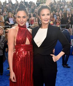 Gal Gadot Bows Down To Lynda Carter At 'Wonder Woman' Premiere   HuffPost