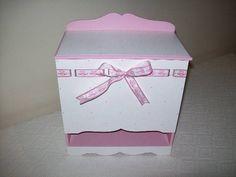 Produtos em mdf pintado em rosa por dentro, branco por fora com bolinhas rosa e fita branca bordada de ursinhos cor de rosa.