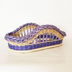Ručně pletený košík z barveného a přírodního pedigu. Velikost sololitového dna o velikosti 30 x 16 cm