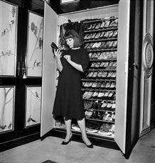 Juliette Gréco (née en 1927), actrice et chanteuse française, chez elle. Paris, 22 février 1961.