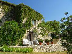 En Provence, accrochée à un village perché aux portes de Gordes, magnifique maison ancienne d'environ 200 m² face aux Gorges de la Nesque. Au calme, cette propriété dispose d'un bel espace de vie et de détente. Sur deux niveaux, au rez-de-chaussée : une cuisine avec coin repas, un séjour avec cheminée, une suite parentale et dépendances. A l'étage : 3 chambres spacieuses et deux salles de bains. Coté extérieur, un coin baignade avec une vue spectaculaire sur une nature préservée. ...