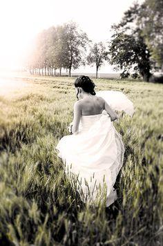 la jeune marie avance dtermine rejoindre son futur mari mariage france loiret - Chateau De Chamerolles Mariage