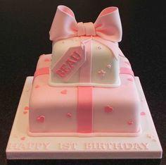 gâteau d'anniversaire pour bébé fille en rose layette et blanc décoré de cœurs