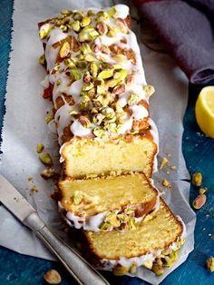 Zitronen-Mascarpone-Kuchen mit Zuckerguss und gesalzenen Pistazien
