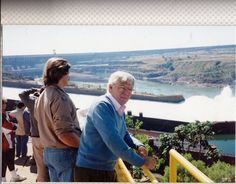 Esta foto de 1994 está realizada en un momento en el que la 3ª compuerta estaba soltando agua. Al fondo se ve la enorme obra de desviación del Paraná para realizar la presa. Ampliar datos en google: Indice del blog El Mundo de Pepe Hermano