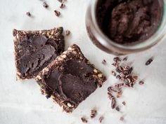 Schokoaufstrich selber machen geht ganz einfach. Mit wenigen Zutaten kann man eine leckere, vegane und palmölfreie Nutella Alternative zaubern.