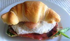 Panino #prosciutto negroni, pesto di rucola e uova - Sandwich with pesto, eggs and ham