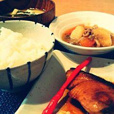 昨日、一足早く帰った旦那さんが作ってくれてましたo(^o^)o ・鰤の照り焼き ・肉じゃが ・えのきと豆腐にわかめのお味噌汁  美味しい和食と優しい気持ちに感謝して頂きました(*´˘`*)♡ - 66件のもぐもぐ - 旦那さん料理(*´ч`*)ほっこり和食 by Kei804