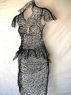 A very elegant wire dress sculpture by Kristine Mays. I love the intricate work but too fiddly for me. Sculptures Sur Fil, Sculpture Art, Wire Sculptures, Stylo 3d, Textiles, Fashion Art, Fashion Design, Wire Art, Oeuvre D'art