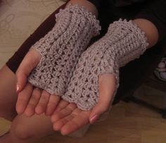 The most gorgeous crocheted wristwarmers