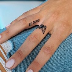 42 Tattoo Quotes that will make you irresistible Pagina 6 di 8 Tiny Tattoo inc Tattoo Am Finger, Finger Tattoo For Women, Small Finger Tattoos, Meaningful Tattoos For Women, Small Girl Tattoos, Tattoo Girls, Girl Finger Tattoos, Cool Girl Tattoos, Simple Tattoos For Girls