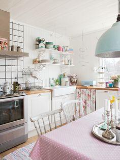 white+and+pastel+kitchen Perfect Pastel Home Cute Kitchen, Vintage Kitchen, Kitchen Dining, Kitchen Decor, Decorating Kitchen, Ikea Kitchen, Kitchen Layout, Country Kitchen, Kitchen Ideas