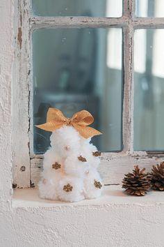 白いポンポンツリー。リボンやモチーフを金色に統一すると、大人っぽい印象になります。/1時間でできるクリスマス雑貨(はんど&はあと12月号)