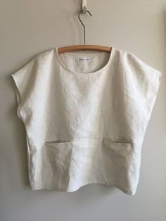 Handmade Oatmeal Linen One Sized Pocket Top. Loose-fitting boatneck drop-shoulder sleeve shirt with two front pockets. Colour: Slightly off-white Oatmeal Fabr Handmade Clothes, Diy Clothes, Clothes For Women, Sewing Blouses, Creation Couture, Fashion Sewing, Linen Dresses, Minimal Fashion, Clothing Patterns